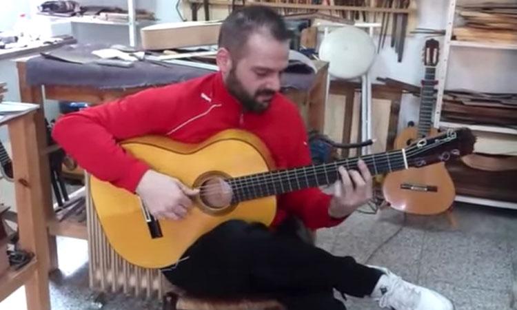 Antonio Patrocinio tocando guitarra 45 aniversario en el taller de José…